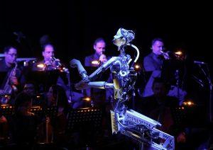 Robot humanoide dirige una orquesta sinfónica y divide opiniones entre el público