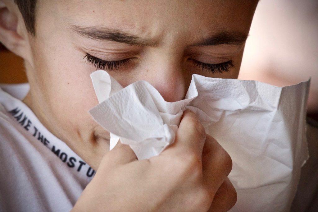 estornudo enfermo gripa