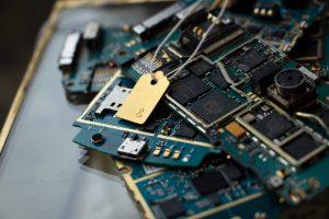 Esta joyería hace piezas de oro, plata y cobre extraído de celulares reciclados