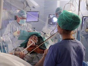 Para salvar sus manos, una violinista toca durante su operación de cerebro