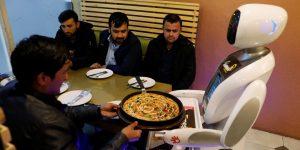Una robot camarera alegra el día de los afganos en Kabul