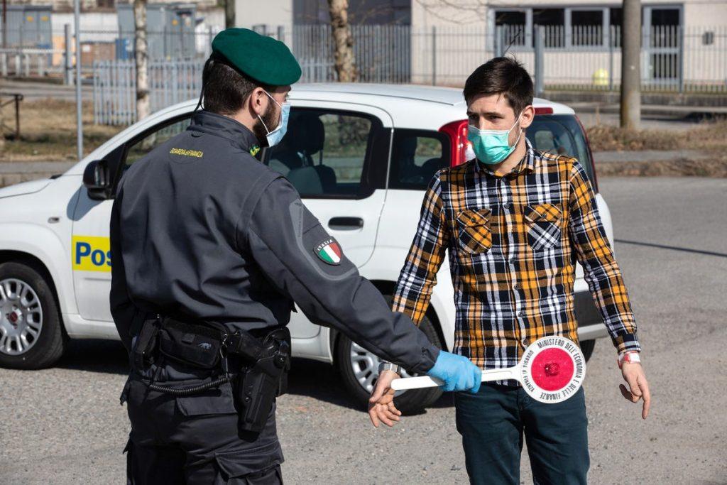 Policía itali punto de control en Casalpusterlengo Italia coronavirus