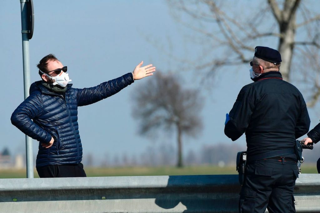 policía italia punto de control coronavirus cuarentena