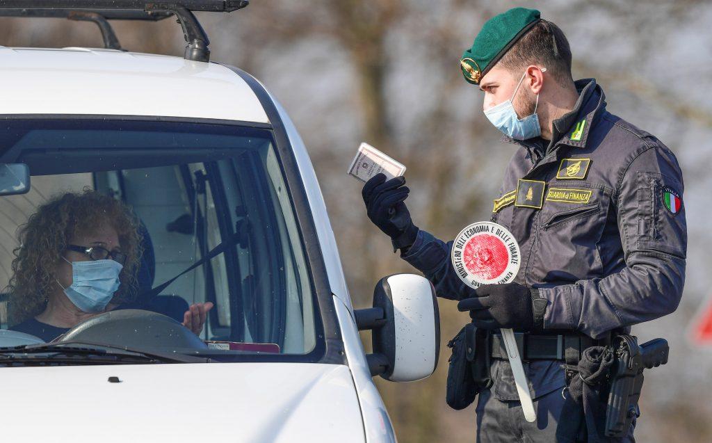 policía italia punto de control ciudadano coronavirus