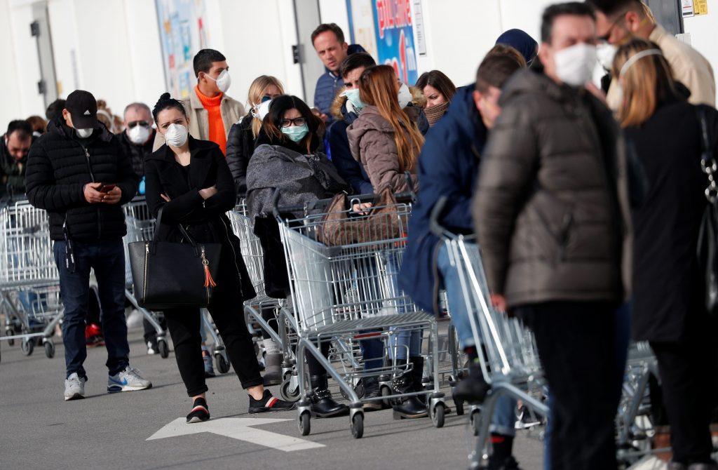 fila supermercado Fila para entrar a un supermercado en Casalpusterlengo italia coronavirus