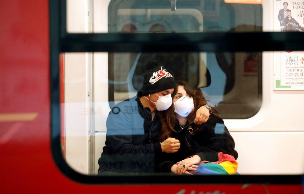pareja cubre bocas metro milán coronavirus