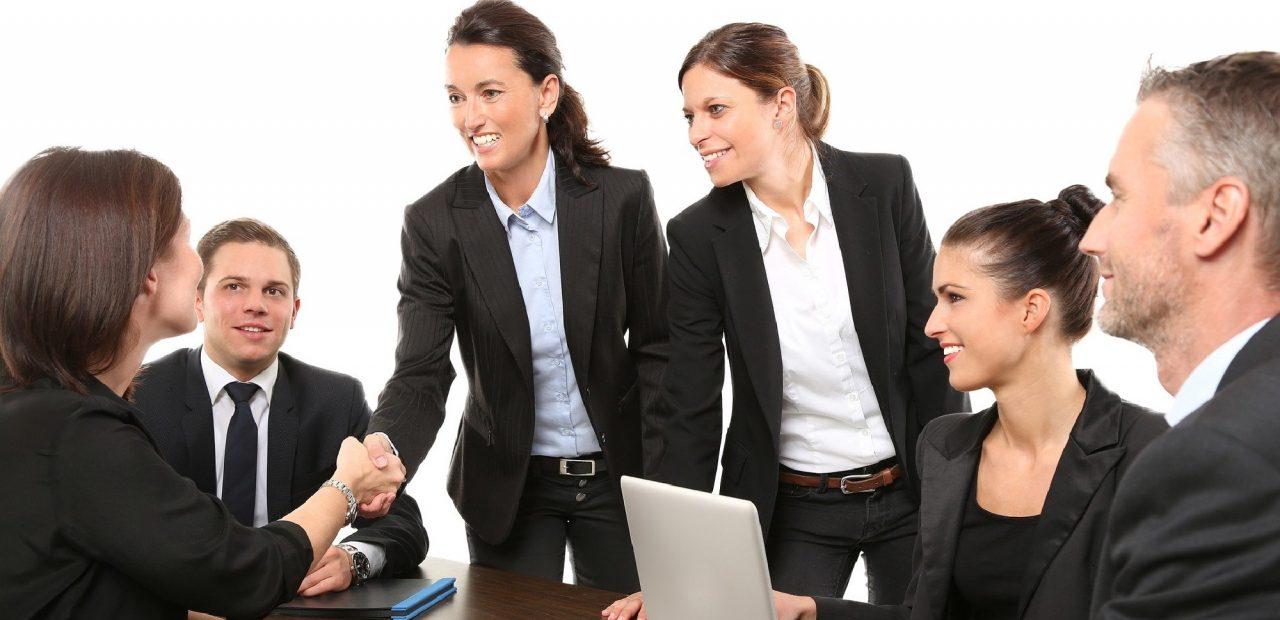 Saludos de manos en el trabajo y empresas