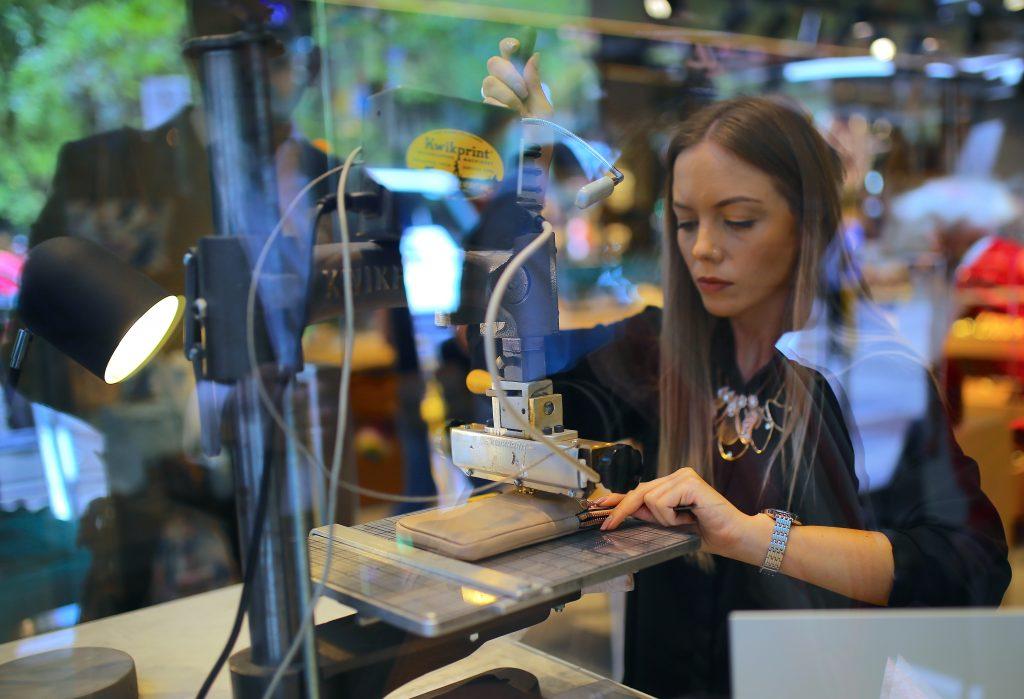mujer costurera maquina de coser carteras autralia