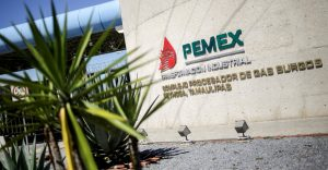 El desplome del petróleo echa más leña a posible baja en calificación de Pemex