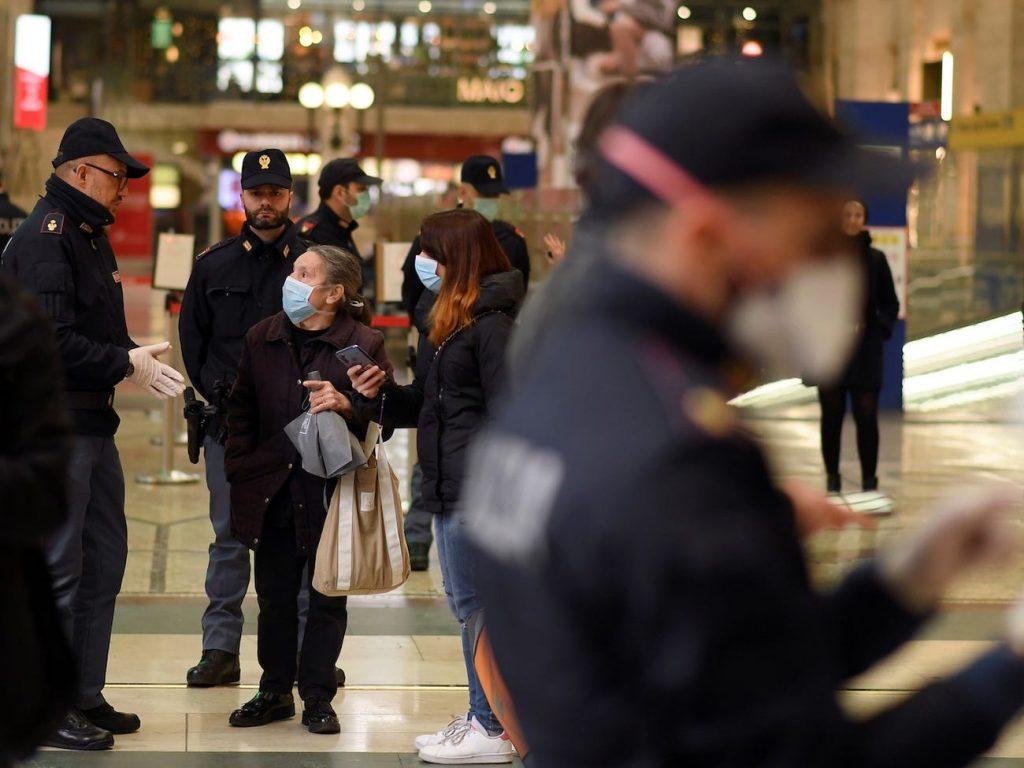 polícia oficiales milán italia coronavirus