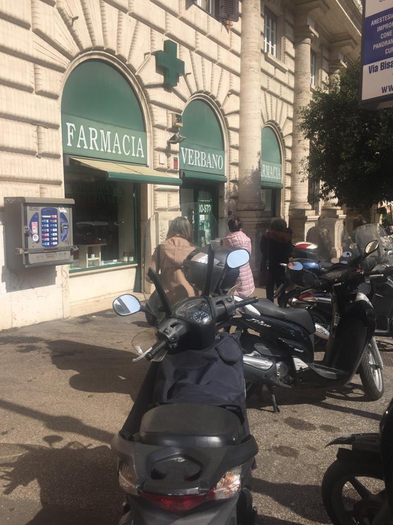 farmacia fila coronavirus roma italia