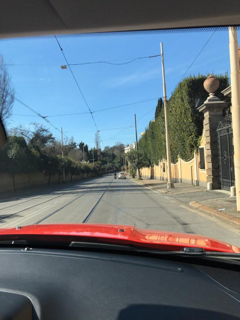 calle vacía roma italia