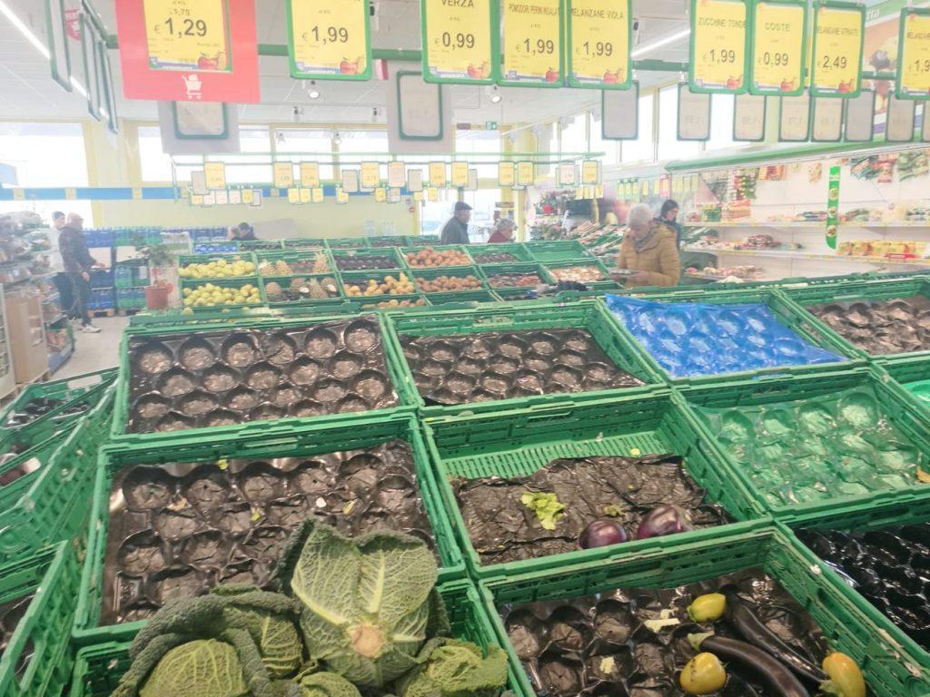 supermercado vacío cremona italia coronavirus