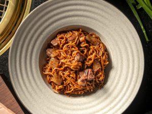 Un restaurante en Nueva York, con estrellas Michelin, recreó el icónico platillo ram-don de 'Parásitos'