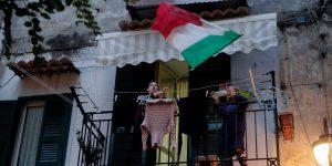 Los italianos cantan desde sus balcones para darse ánimos frente a la crisis del coronavirus