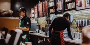 Starbucks cierra tiendas y retira asientos para contener COVID-19