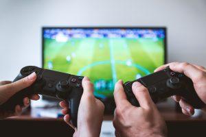 A falta de balón, los futbolistas prenden su consola y juegan FIFA 20