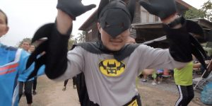 Batman tailandés combate al coronavirus con video musical