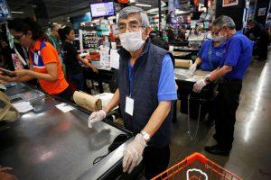 Los empacadores adultos mayores de los supermercados desafían al coronavirus en México