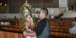 Algunos mexicanos acuden a rezar para pedir protección contra el Covid-19