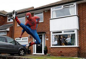 Spider-Man sale a las calles de Inglaterra para animar a los niños que están confinados por el coronavirus