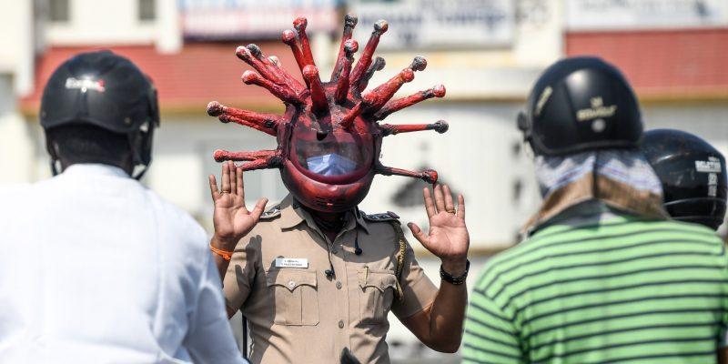 Así es como policía en la India lucha contra la pandemia de coronavirus