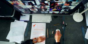La app de videoconferencias Zoom enfrenta cuestionamientos por el manejo de datos de sus clientes — sus acciones caen desde los récords de marzo