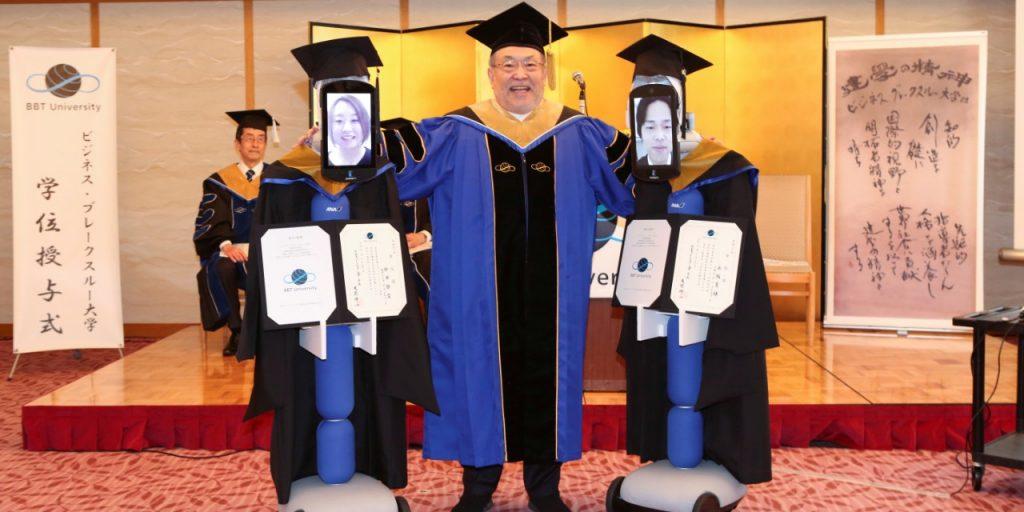Las caras de los robots eran tabletas que con las imágenes de los graduados.