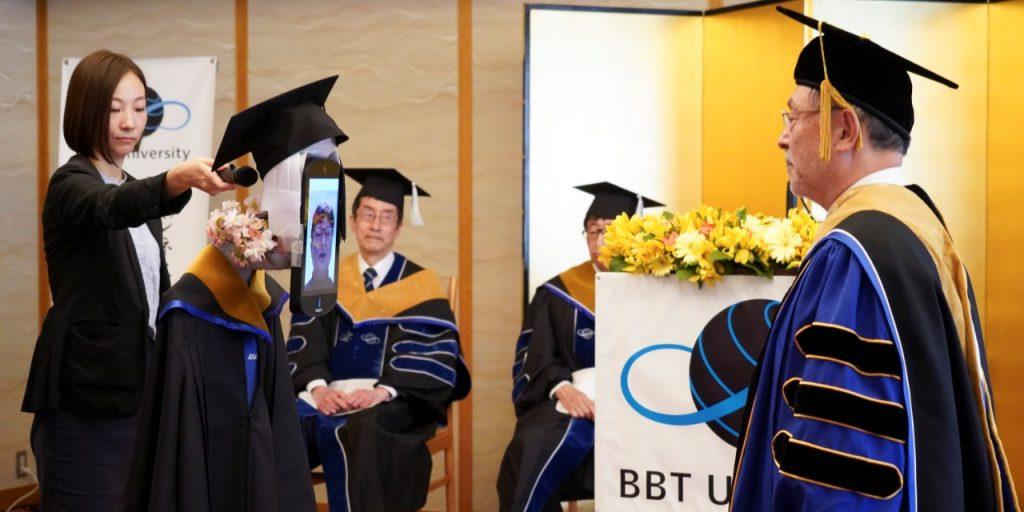 Graduación remota por medio de robots.