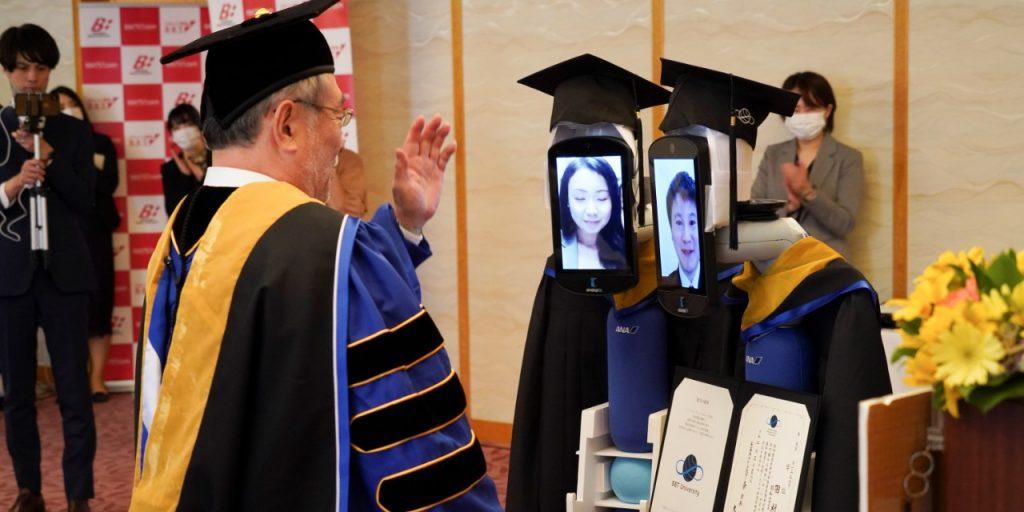 La ceremonia estaba limitada a sólo cuatro graduados. Los robots practicaron la distancia social.