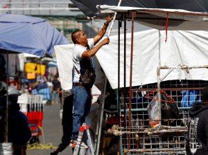 4 historias que muestran cómo la pandemia está dejando sin ingresos a los trabajadores informales de México, Perú, Chile y Bolivia