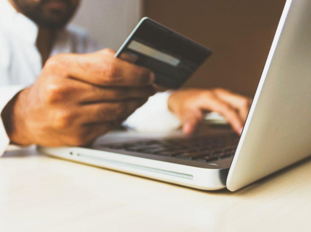 Es importante tener buenos hábitos al realizar compras en línea para evitar ser víctimas de fraudes cibernéticos.