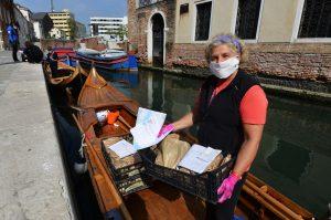 Un grupo de mujeres en Venecia utilizan góndolas para entregar alimentos a personas de toda la ciudad