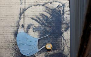 Esta icónica obra de Banksy se pone el cubrebocas mientras el mundo lucha contra el coronavirus