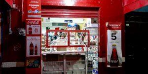 «Tienditas de la esquina» utilizan protecciones de plástico para dar servicio ante emergencia sanitaria
