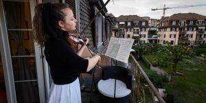 La violinista Alexandra Conunova da conciertos a sus vecinos desde su balcón