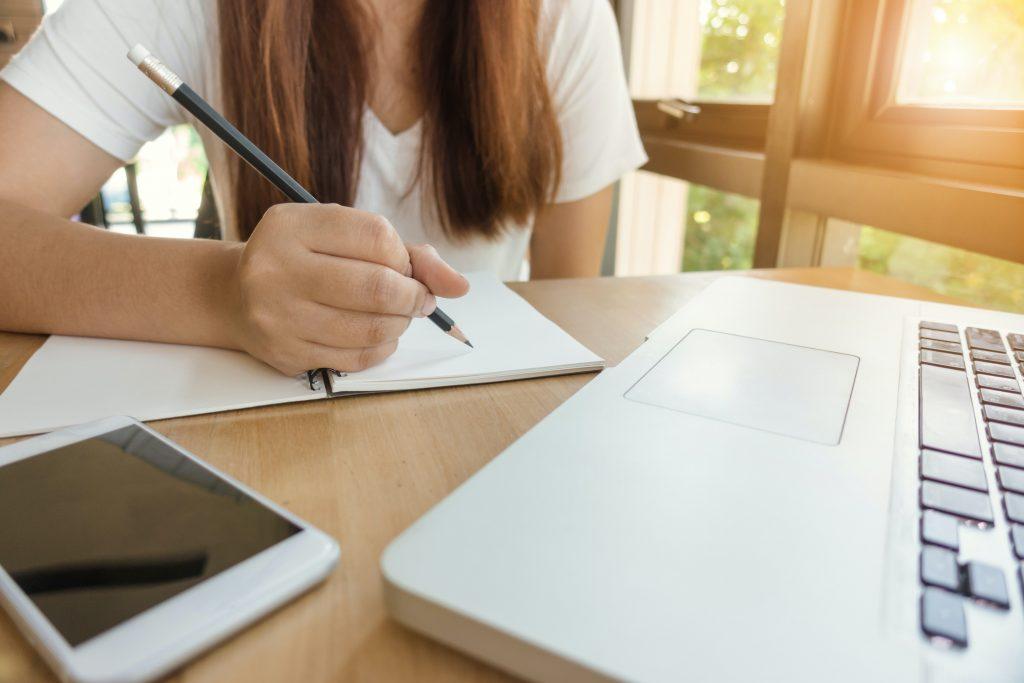aprender un nuevo idioma en línea es una manera de viajar desde casa