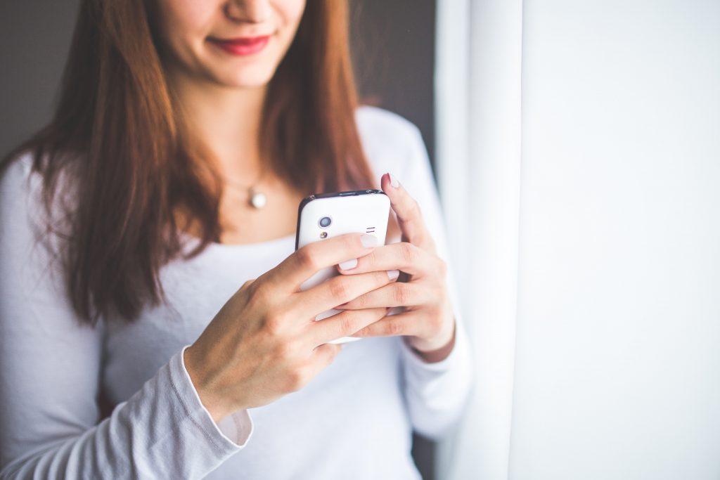 desconéctate de tu celular teléfono para relajarte en casa vacaciones