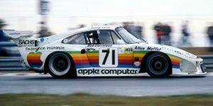 Una réplica del auto de carreras Porsche de 1979 con un esquema de pintura Apple Rainbow se vende por 499,000 dólares