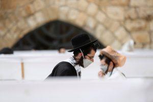 Judíos usan mascarillas y cumplen con la sana distancia para volver al Muro de los Lamentos en Israel