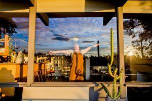 Esta fotógrafa aprovecha el confinamiento para tomar 'retratos de cuarentena', los cuales son de personas a través de sus ventanas