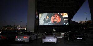 Un centro comercial en Dubái transformó su techo en un autocinema — los asistentes llevan sus autos de lujo para la función