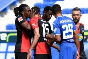 Besos y abrazos se mantienen en celebraciones de goles en la Bundesliga — autoridades de Alemania piden que se cumplan las medidas sanitarias