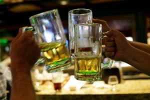 Aumentan las muertes por beber alcohol artesanal adulterado en México — durante la escasez de cervezas por el coronavirus