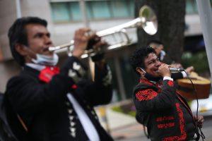 Un grupo de mariachis lleva serenata en las calles de Bogotá, Colombia, para que la gente pasé una cuarentena más animada
