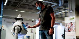 Este hospital de Bélgica utiliza un robot para verificar posibles contagios de coronavirus