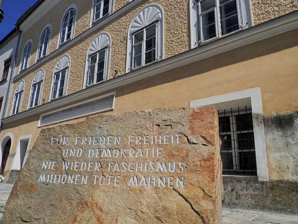 Monumento a la entrada de la casa donde nació Hitler en Austria | Business Insider México