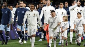 LA Galaxy despide a uno de sus futbolistas tras comentarios racistas de su esposa