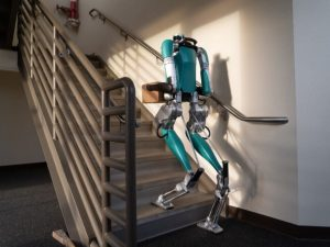 Ford usará al extraño robot humanoide Digit para entregar paquetes; mira de cerca a la máquina bípeda