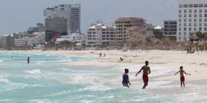 Turistas empiezan a llegar al caribe mexicano a pesar de que aún existen restricciones por el coronavirus